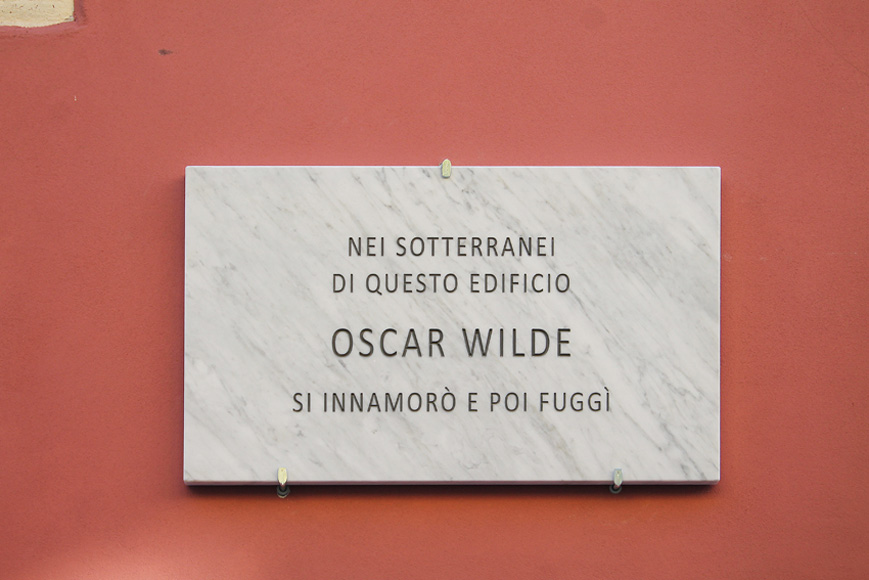 Francesco Fossati, Fake History [WILDE], 2015, installation view, historic center of Carrara IT, Carrara Marble plaque, 80 x 50 x 3 cm IN THE BASEMENT OF THIS HOUSE OSCAR WILDE FELL IN LOVE BUT RUN AWAY Nei sotterranei di questo edificio Oscar Wilde si innamorò e poi fuggì